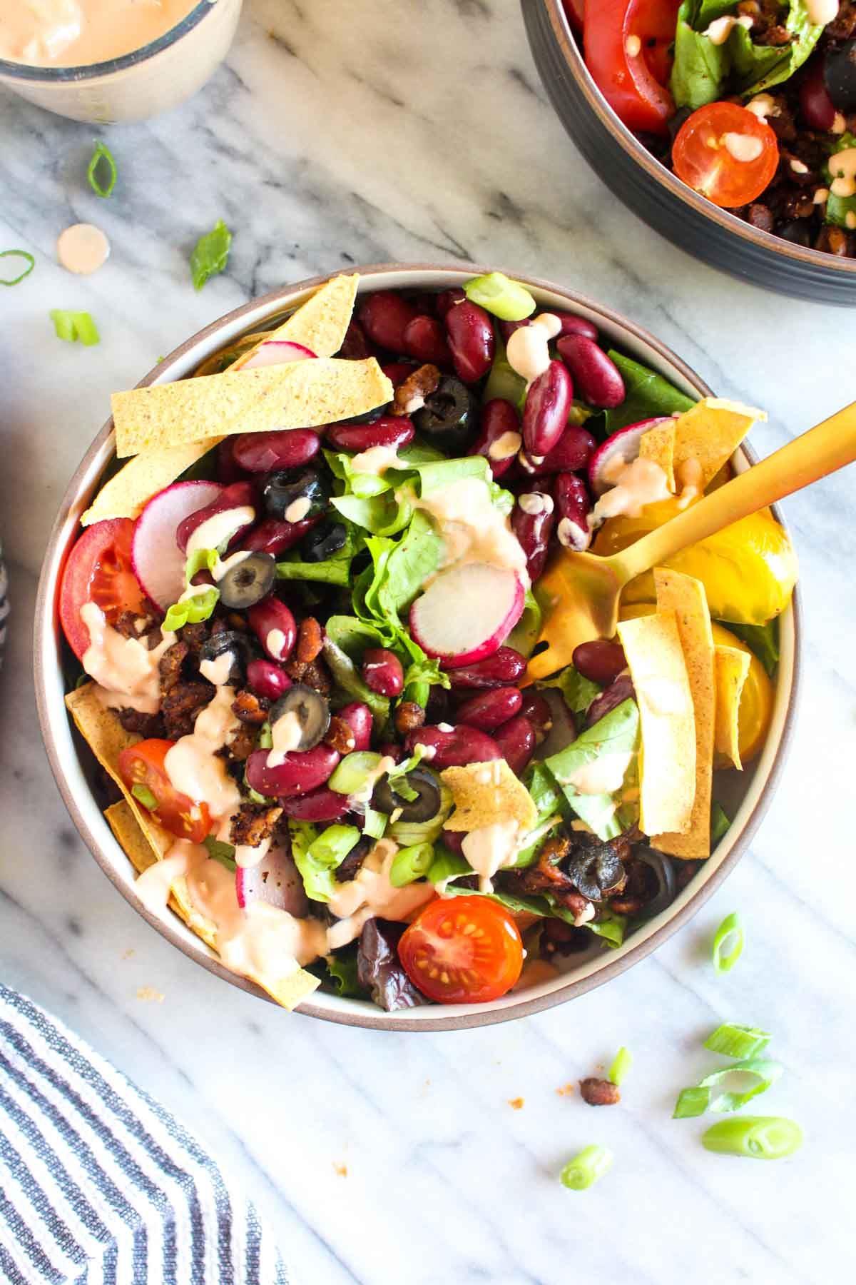 This Vegan Taco Salad is a no-cook weeknight dinner recipe that is full of flavors and textures! The homemade Thousand Island dressing is an easy to make healthy alternative to a store bought bottle. | CatchingSeeds.com
