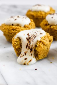 ThesePumpkin Spice Latte Cornbread Muffins with Coffee Cream are a crazy twist on a classic PSL. This recipe has all the flavors in a sweet dessert form. | CatchingSeeds.com