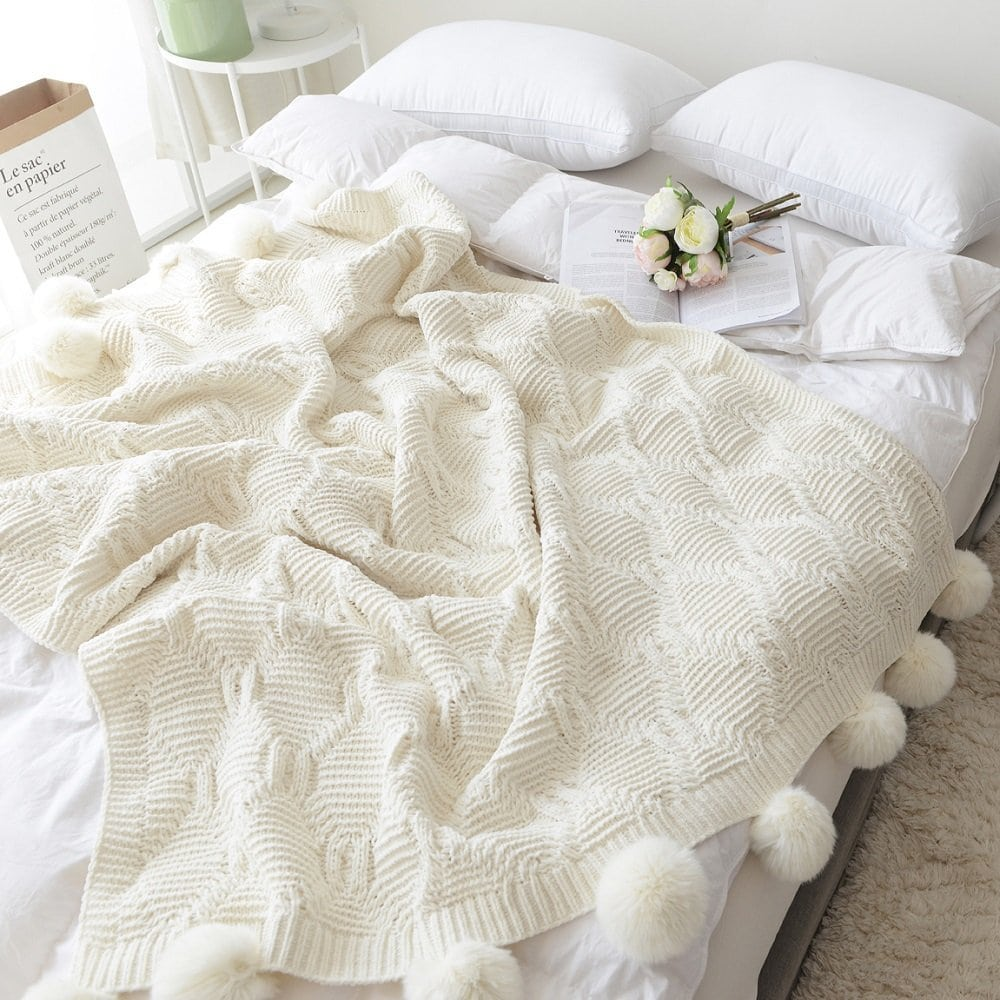 Pompom Throw Blanket | The Best Christmas Gifts (that you can buy without leaving the house!) | CatchingSeeds.com