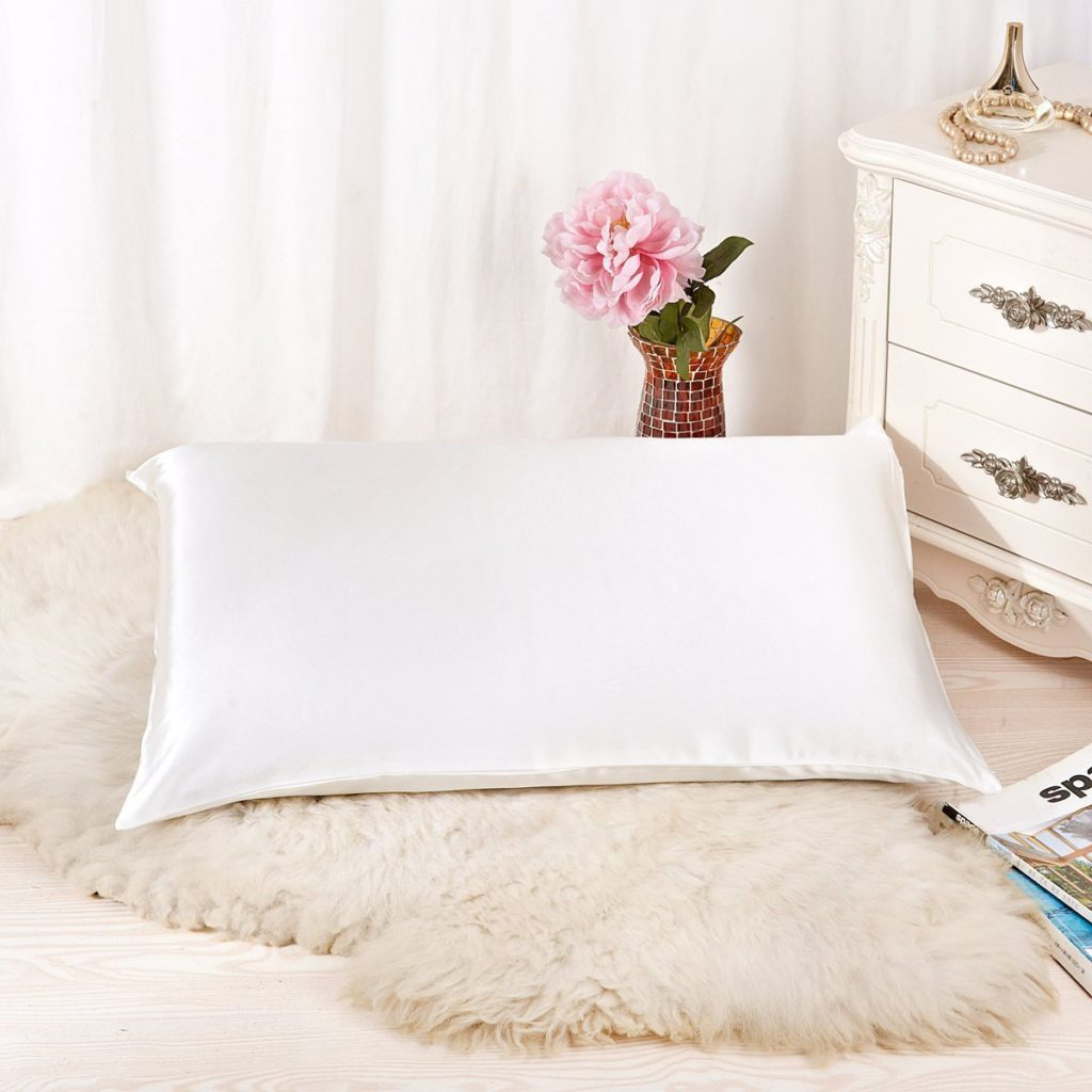 Silk Pillowcase | The Best Christmas Gifts (that you can buy without leaving the house!) | CatchingSeeds.com