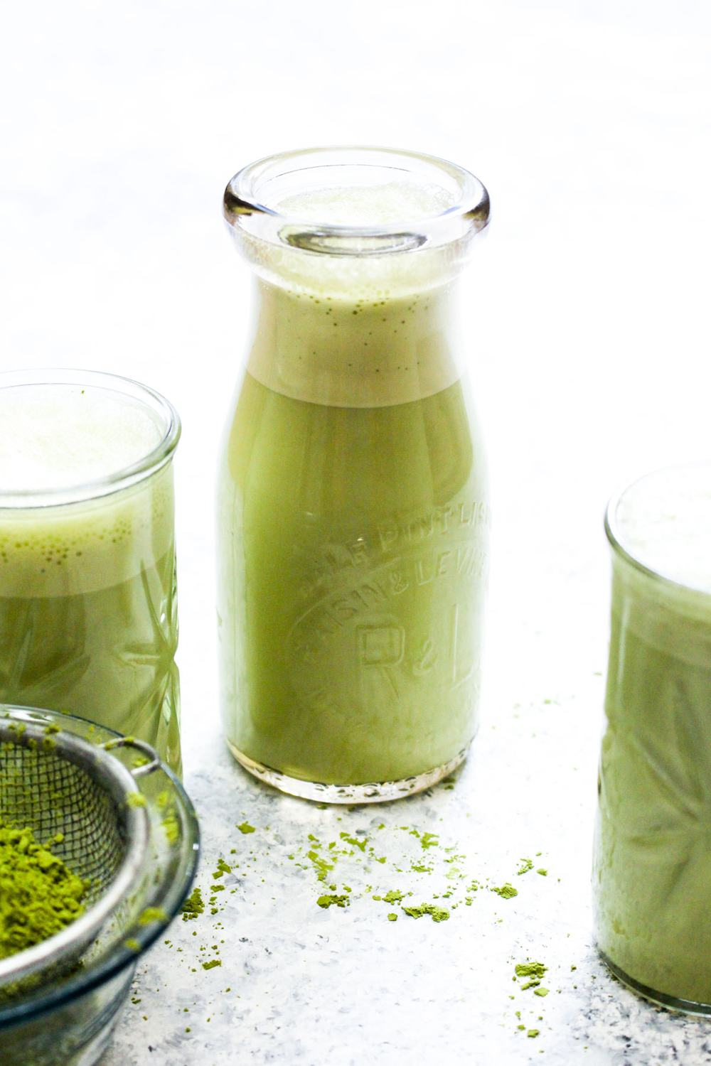 Honey Matcha Almond Milk is a 3 ingredient big batch recipe that will make your morning routine easier. Make this drink on Sunday, and reheat it on busy weekday mornings for a quick and effortless naturally sweetened paleo and vegan matcha latte. Gluten free, grain free, oil free, raw, and healthy! | CatchingSeeds.com