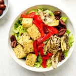 Italian chef salad with roasted red peppers, marinated artichokes, tofu and romaine lettuce.